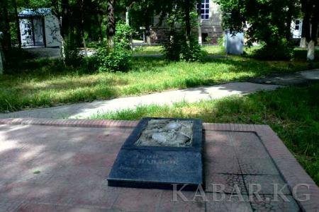 В столице Кыргызстана украли памятник журналисту Геннадию Павлюку
