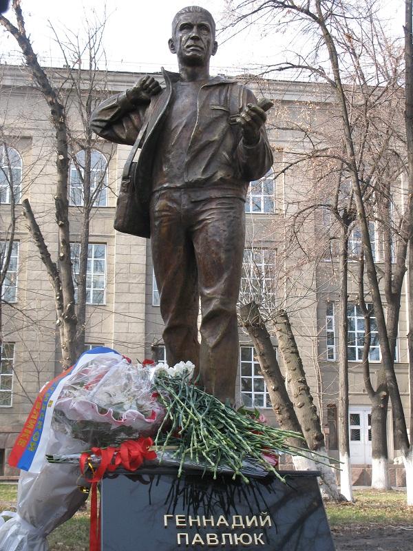 Восстановлен памятник  журналисту Геннадию Павлюку