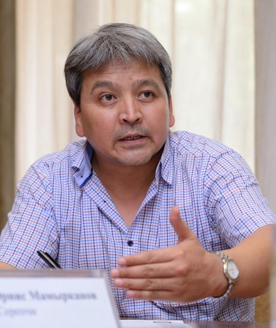 Эксперт Э.Мамырканов считает, что телеканалы, имеющие полную ретрансляцию зарубежного контента, должны вещать только в платных пакетах