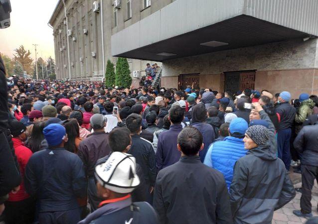 Массалык нааразылык акцияларын чагылдыруу – журналистерге көмөкчү ресурстар